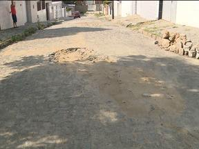 Cagepa conserta vazamento e solicitantes reclamam de buracos abertos - Moradores do bairro Presidente Médici reclamam de buracos abertos em calçamento após reparo feito pela Cagepa.