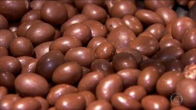 Entre os indicadores do ritmo da economia, um é delicioso: chocolate - Produção de chocolate no país cresceu 17% no último trimestre. Consumidor volta a colocar no carrinho de compras itens que tinha cortado.