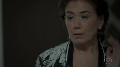 Silvana se preocupa com sua dívida com o agiota - Arquiteta volta a procurar uma roda de jogo. Simone desabafa com Ivan sobre a mãe