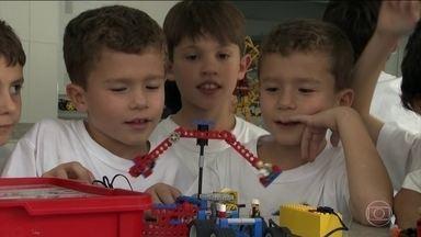 Escolas brasileiras começam a oferecer cursos extracurriculares na área de tecnologia - Além de atrair e distrair as crianças, as aulas ajudam a prepará-las para o mercado de trabalho.