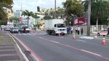 Idosa de 69 anos morre atropelada por caminhão em avenida de Vitória - Ela atravessava na faixa de pedestres, por volta das 7h, mas o semáforo estava aberto para carros e ela foi atingida por um caminhão.
