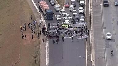 Servidores fazem protesto na MG-010, em frente à Cidade Administrativa, em BH - Segundo o sindicato da categoria, os servidores protestam contra o atraso e parcelamento do pagamento da categoria.