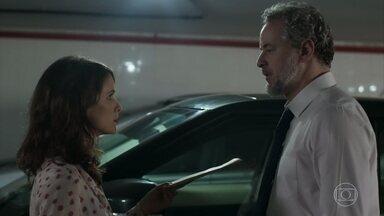 Irene faz marcação cerrada em cima de Eugênio - Ela aborda o advogado na garagem do escritório e insiste em falar sobre gravidez