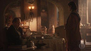 Delfina avisa a José Augusto que irá visitar Maria Vitória - Ele observa algumas fotos da filha, mas não quer muita conversa
