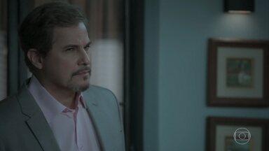 Dantas avisa a Ruy que Zeca sobreviveu - Ritinha afirma que o marido não queria atirar no caminhoneiro. Cibele conversa com Ruy