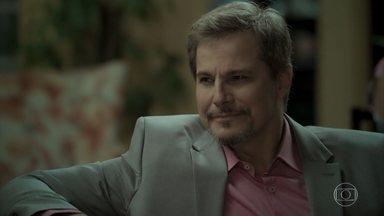 Dantas convence Abel a depor para ajudar Ruy - Marilda avisa Ritinha que Dantas está na casa de Abel e a moça corre para lá