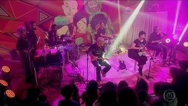 Pato Fu apresenta segunda edição do projeto Música de Brinquedo - Nas vésperas do Dia das Crianças, banda fez show no palco do Fantástico. Músicos usam brinquedos como instrumentos musicais.