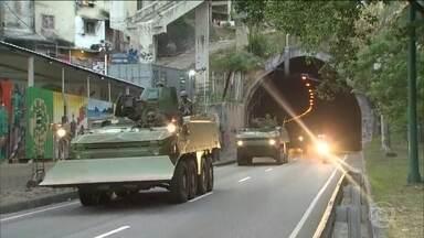 Forças Armadas vão permanecer na Rocinha, no RJ, por tempo indeterminado - As Forças Armadas estão na favela na Rocinha, no Rio, pelo segundo dia seguido. O anuncio foi feito pela Secretaria de Segurança do estado.