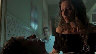 Joyce se depara com Ivan após surra e o reconhece como filho - Socialite se desespera ao ver o estado do rapaz