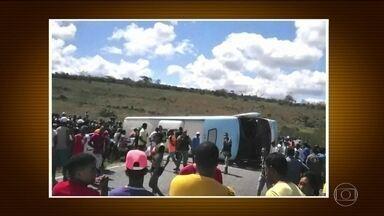 Acidente com ônibus de turismo deixa cinco crianças mortas na Bahia - As crianças estavam em ônibus que seguia para um parque aquático. Catorze pessoas ainda estão internadas.