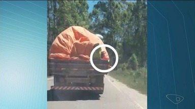 Caminhão com carga mal amarrada é flagrado em estrada do Sul do ES - Os flagrantes continuam acontecendo no estado.