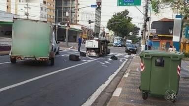 Colisão entre veículos deixa carga de jornais espalhada no Centro de Campinas - Ninguém ficou ferido e os próprios envolvidos no acidente recolheram os materiais.