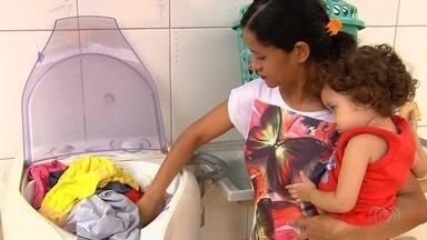 Moradores reclamam de problemas no abastecimento de água na Grande Goiânia - Escolas estão chegando a dispensar os alunos por conta da falta de fornecimento.
