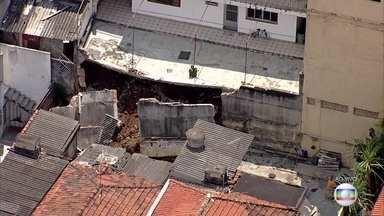 Muro de arrimo desaba na Zona Leste e assusta moradores - Ninguém se machucou, mas três casas ao redor foram interditadas. O problema teria sido causado pela tubulação da Sabesp.