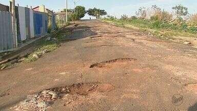 Rua intransitável do bairro Cidade Aracy tem cratera de 10 metros de cumprimento - Carros não conseguem passar pelo local que está cheia de buracos.