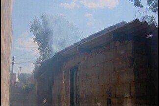 Casa abandonada pega fogo em Divinópolis - Acidente ocorreu no Bairro Danilo Passos. Bombeiros suspeitam que chamas tenham começado em um sofá, atingido as vigas, as paredes e o telhado. Trabalho para combater o incêndio durou aproximadamente 30 minutos.