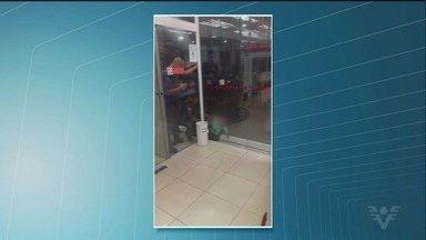 Criança de 2 anos é resgatada após ficar entalada entre paredes de vidro - Caso aconteceu em uma agência bancária de Santos, no litoral de São Paulo, na noite desta segunda-feira (16).