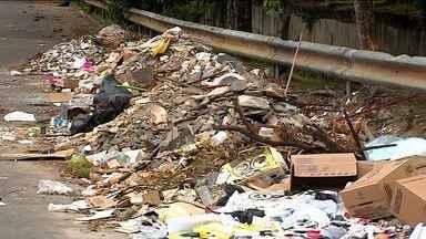 Moradores do Bairro Ponto Novo reclamam de entulho e lixo acumulados pelas ruas - Moradores do Bairro Ponto Novo reclamam de entulho e lixo acumulados pelas ruas.