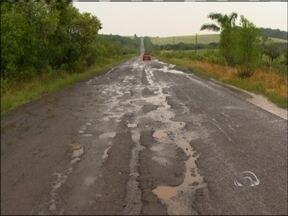 Buracos tomam conta da RS 434 em Ciríaco, RS - Falta de sinalização e pinturas na pista também aumenta o índice de acidentes