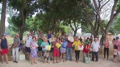 Famílias que estão sem água há vários dias pedem socorro - Algumas famílias do Vale do Amanhecer não recebem água há nove dias. Os moradores protestaram nesta terça (17).
