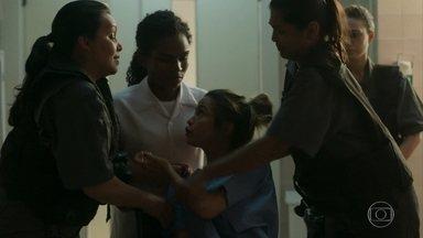 Sandra Helena resiste, mas é levada de volta para a prisão - Mônica finge não ouvir o escândalo e continua na enfermaria