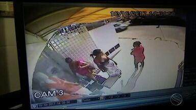 Polícia Civil divulga imagens de quatro pessoas que assaltaram uma loja no Bairro Grageru - Polícia Civil divulga imagens de quatro pessoas que assaltaram uma loja no Bairro Grageru.