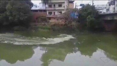 Telespectador flagra derramamento de produto químico em rio do Sul do ES - Polícia Civil está investigando os suspeitos de despejarem esse produto no rio.