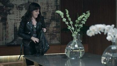 Lica sai de casa para se encontrar com MB - A menina não avisa Marta que vai sair