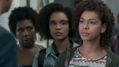 Nena e Das Dores acompanham Ellen à escola - A enfermeira exige uma posição de Edgar sobre a agressão sofrida pela filha
