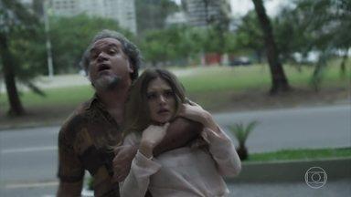 Simone é rendida por agiota na frente de Silvana - Vício da arquiteta coloca sua filha em perigo