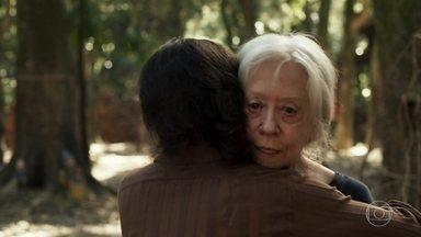 Mercedes tem uma visão e alerta Clara - Ela consegue um emprego de professora para a neta de Josafá