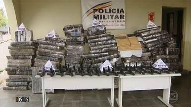 Polícia apreende armas de uso restrito e maconha escondidos em farinha de trigo em MG - Os policiais encontraram 40 armas e mais de 1,5 tonelada da droga em um caminhão que transportava a carga no estado.