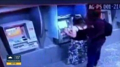 Câmeras de segurança mostram ação de ladrão que ataca mulheres em caixas eletrônicos em SP - O ladrão só ataca mulheres que estão no caixa eletrônico. As imagens registradas revelam a agressividade do homem que age principalmente na Zona Sul da capital.