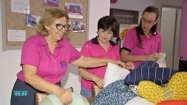Voluntárias criam kit para dar mais conforto para mulheres que enfrentam câncer de mama - Além do sutien com prótese, também tem almofada e lenço para deixar a luta menos difícil. O projeto é realizado em Campo Grande.