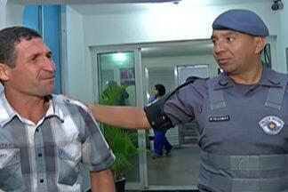 Policial devolve maço com mais R$ 1 mil que achou em frente a batalhão de Itaquaquecetuba - Soldado saía do prédio quando viu maço de dinheiro caído no chão. Apesar de dívidas, ele afirmou que não pensou em outra possibilidade.