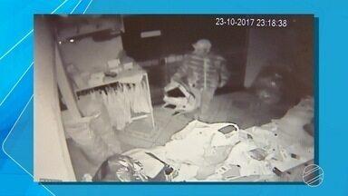 Câmeras de segurança flagram ação de assaltante em loja de roupa masculina na capital - Antes, bandido tinha furtado motocicleta na mesma rua.