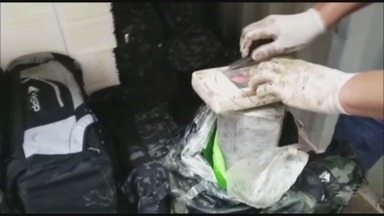 Alfêndega faz apreensão de 936 kg de cocaína - A droga estava escondida em 32 mochilas que foram colocadas em dois contêineres carregados com pasta de celulose que seguiriam para o porto de Le Havre.