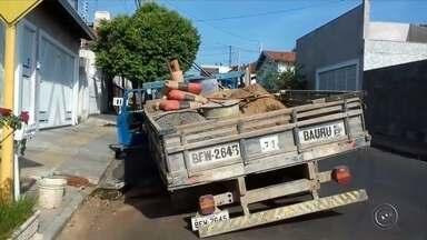 Caminhão da Prefeitura de Bauru afunda em buraco na rua - Um caminhão usado pelo DAE, a autarquia de água da Bauru, para consertar buracos afundou na manhã desta terça-feira num recorte de asfalto que havia sido aberto por causa de um vazamento.