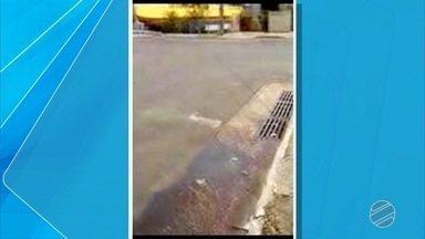 Morador faz vídeo para mostrar desperdício de água na frente da Feira Central da capital - Concessionário informou que tem outros serviços na rua 14 de Julho e vai incluir o vazamento de água mostrado no vídeo.