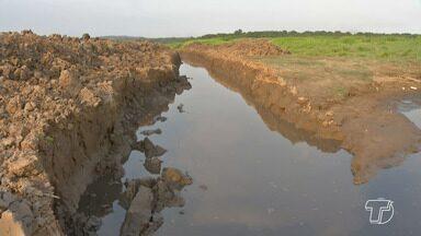 Conselho Comunitário denuncia canal aberto de forma irregular no Lago do Maicá - Um morador do bairro usou uma escavadeira para abrir um canal no lago.