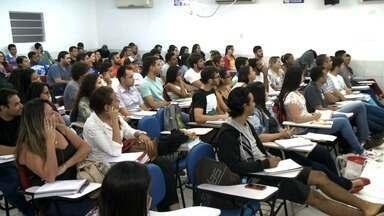 Concurseiros lotam salas de aula em preparação para as provas - Candidatos prestam concurso para PM e Bombeiros neste fim de semana.