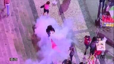Manifestação contra Michel Temer termina em confusão no RJ - O ato foi organizado por artistas para pedir a abertura de investigação contra o presidente na votação da 2ª denúncia na Câmara dos Deputados.