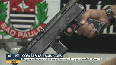 Duas pessoas são presas com armas e munição na rodoviária Tietê - Home e mulher estavam vindo de Pindamonhangaba. Eles foram presos em flagrante.