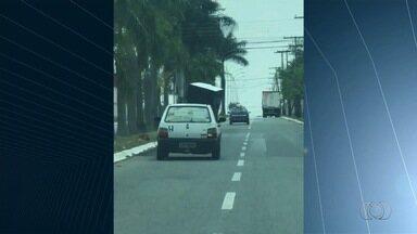Telespectadores flagram infrações de trânsito em Goiânia - Um dos casos é um motorista que transporta a carga de forma irregular.
