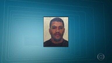 Suspeito de integrar milícia que atua na Zona Oeste é preso em Campo Grande - Com Alexsandro Bruno da Conceição, de 36 anos, foram apreendidas duas pistolas, um revólver, carregadores, radiotransmissores, munição e um colete com o símbolo do Bope.