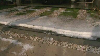 Chuva de granizo cobre de branco as ruas de Franca e Altinópolis, SP - Temporal começou por volta das 17h e durou 20 minutos.