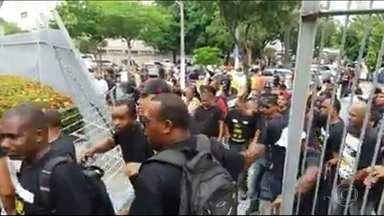Manifestantes invadem prefeitura de Duque de Caxias - Os manifestantes forçaram o portão e entraram na prefeitura.