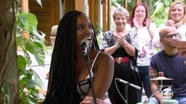Iza canta 'Te Pegar' - Cantora fala da paixão por sua cachorra Zara