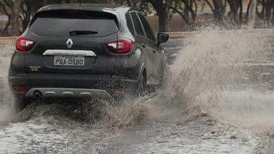 Brasilienses comemoram chuva no início deste sábado (28) - Muita gente gostou de acordar com o barulho da chuva. O tempo deve continuar fechado, chuvoso, durante a próxima semana.