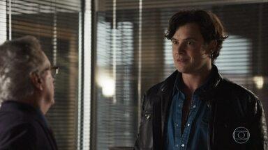 Gael afirma que não vai pressionar Clara por causa das esmeraldas - O rapaz consulta as finanças da família